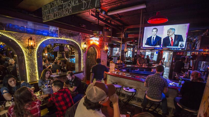 Un bar transmite el primer debate 2018