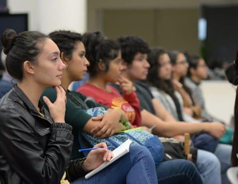 Padres mexicanos se endeudan para poder costear la universidad de sus hijos