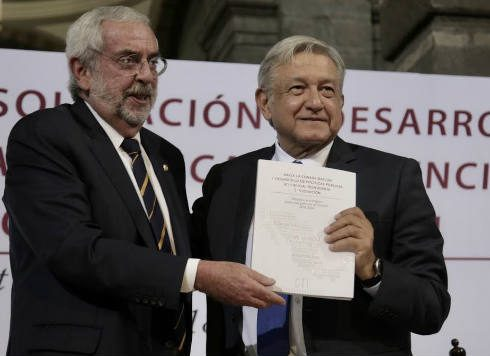 Enrique Graue entrega a a Pbrador plan para impulsar ciencia y tecnología