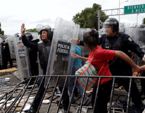 Peña Nieto amenaza de negar ingreso a caravana migrante.