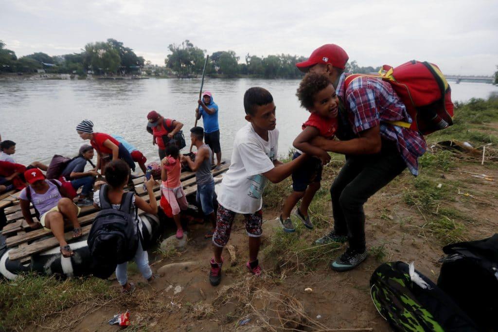 Migrantes cruzan con balsas frontera México-Guatemala.